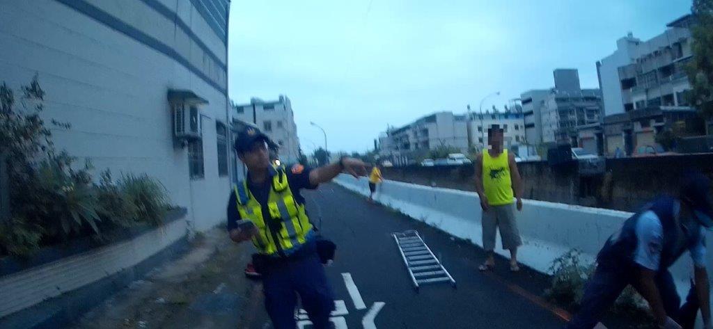 高雄倪姓男子早起運動,卻疑因身體不適掉落4公尺高的排水溝內,被路過民眾發現,員警...