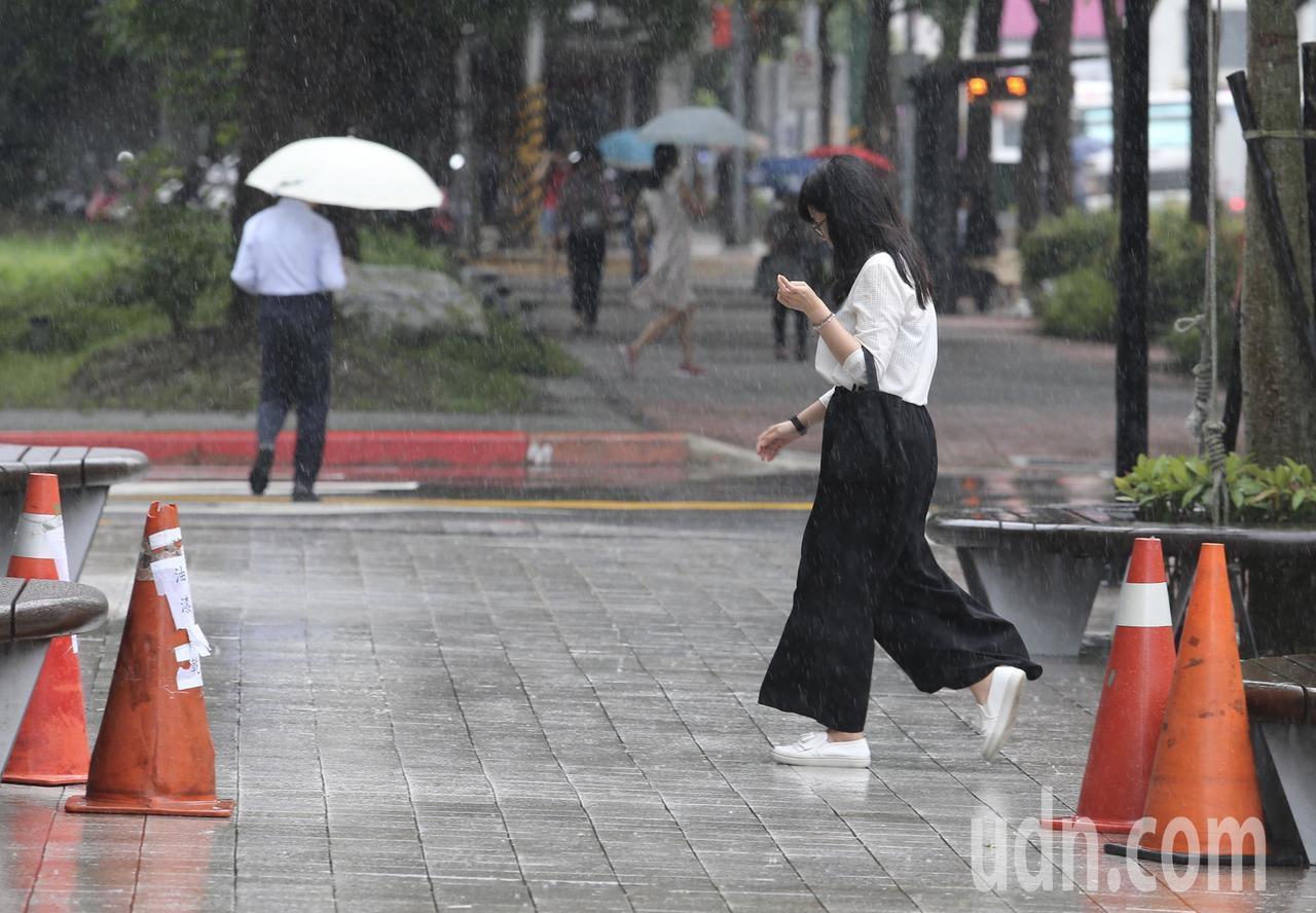 中午後瞬間變天,夾著閃電雷鳴的大雨,讓不少外出用餐的上班族猝不及防,淋著雨趕回辦...