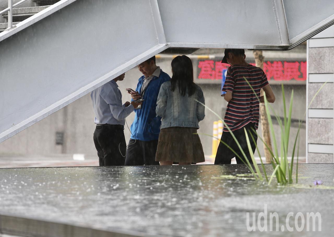梅雨鋒面來襲,中午後瞬間變天,夾著閃電雷鳴的大雨,讓不少外出用餐的上班族猝不及防...