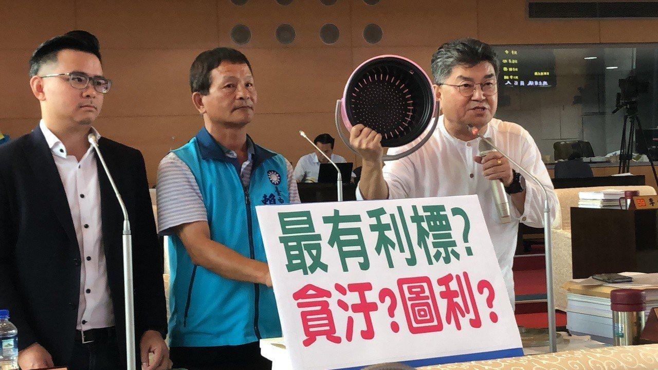 市議員李中(左起)賴朝國、黃健豪質疑「綠圓寶」案涉及圖利、貪凟。記者陳秋雲/攝影