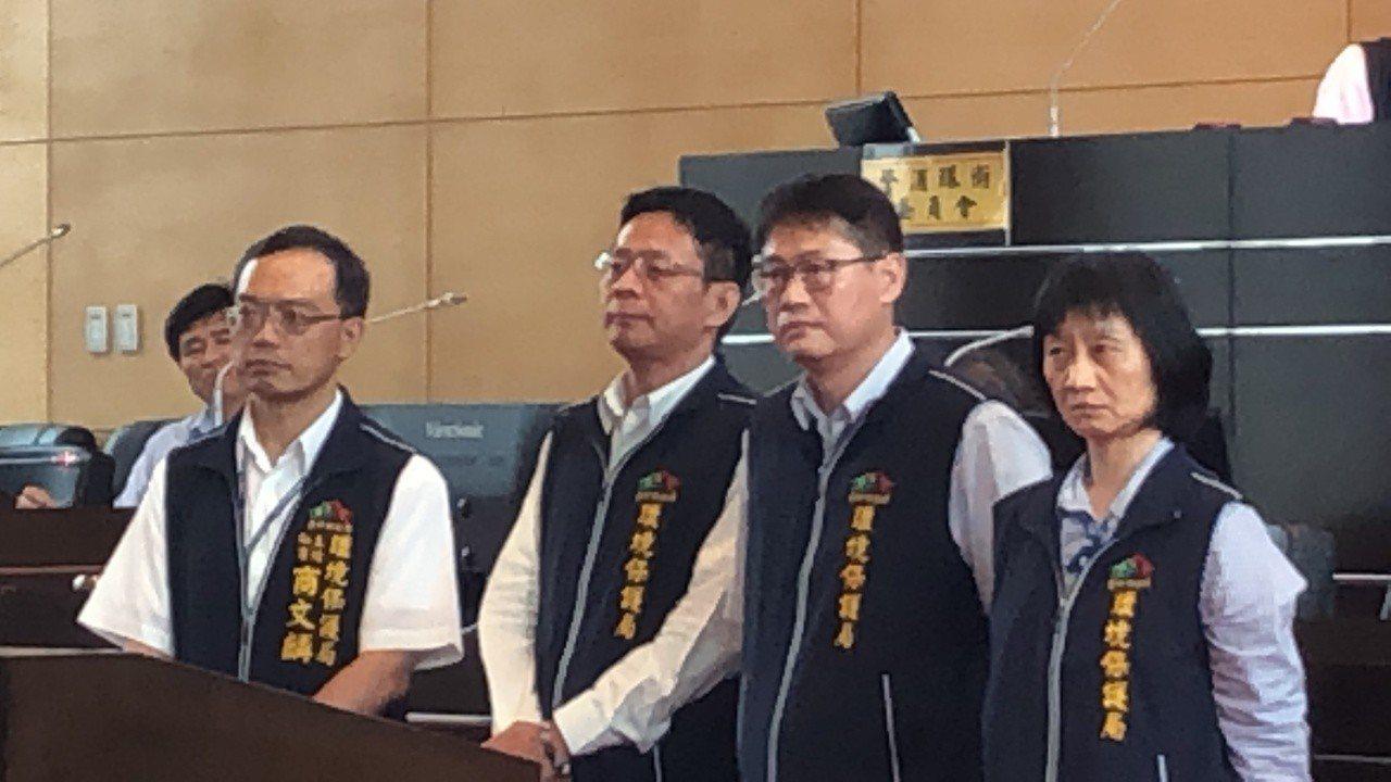 環保局主秘商文麟(左起)、黃士峰、萬滋澤與吳婉玲三位前後任科長擔任評選委員,表示...
