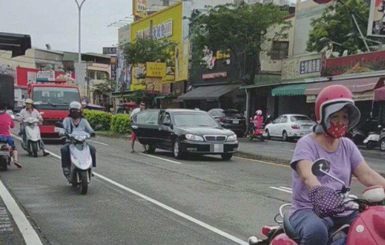 行經車輛只能走外車道閃避。圖/翻攝自臉書社團爆料公社