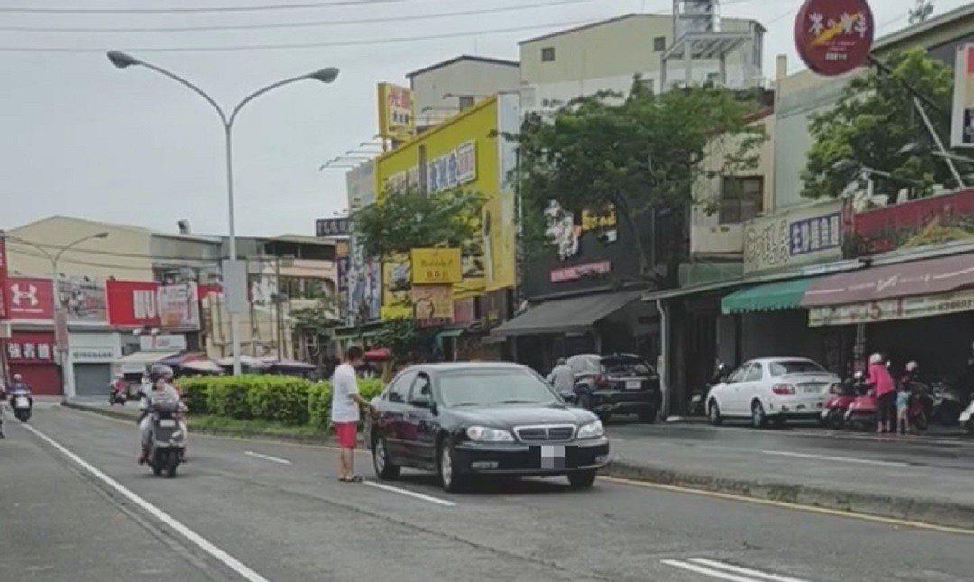 高雄岡山區溪東路出現黑色轎車違停路中。圖/翻攝自臉書社團爆料公社