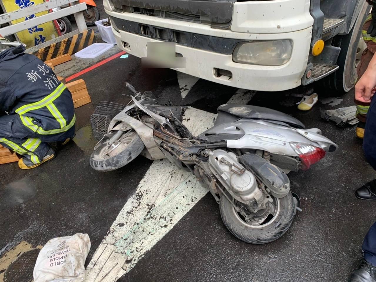 陳男疑因內輪差,未注意到右側位於視線死角,騎乘機車的郭女,與她發生碰撞後將她連人...