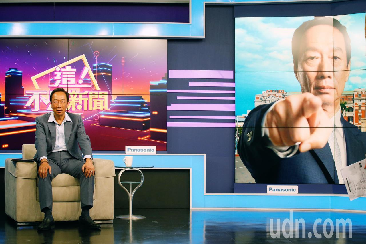 國民黨總統初選參選人郭台銘(左)下午前往東森電視台新的政經談話節目接受專訪。記者...