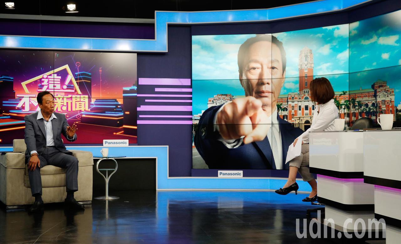 國民黨總統初選參選人郭台銘(左)下午前往東森電視台新的政經談話節目接受專訪,郭台...