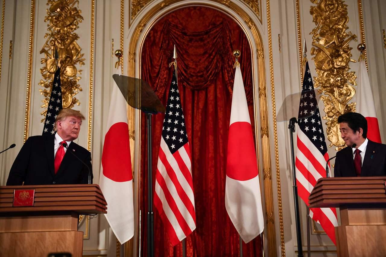 美國總統川普(左)27日與日本首相安倍晉三舉行聯合記者會。法新社