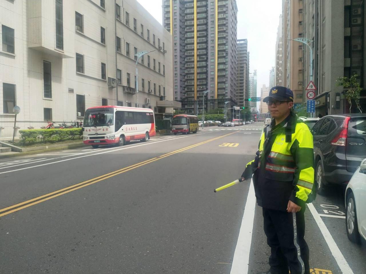 桃園市今天下午1時30分到2時,舉行萬安42號演習,演習警報響起警方疏導人車停靠...