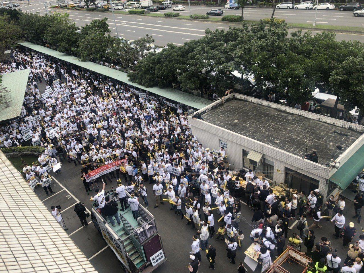 4月初千名租賃業者抗議修法。記者侯俐安/攝影