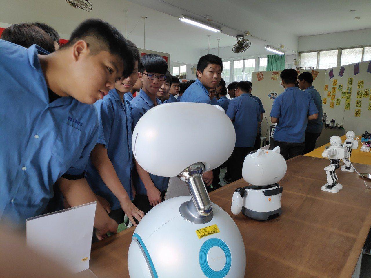 進入AI時代,農機科學生對機器人製作和研究,有滿滿的好奇和研製成果。記者蔡維斌/...