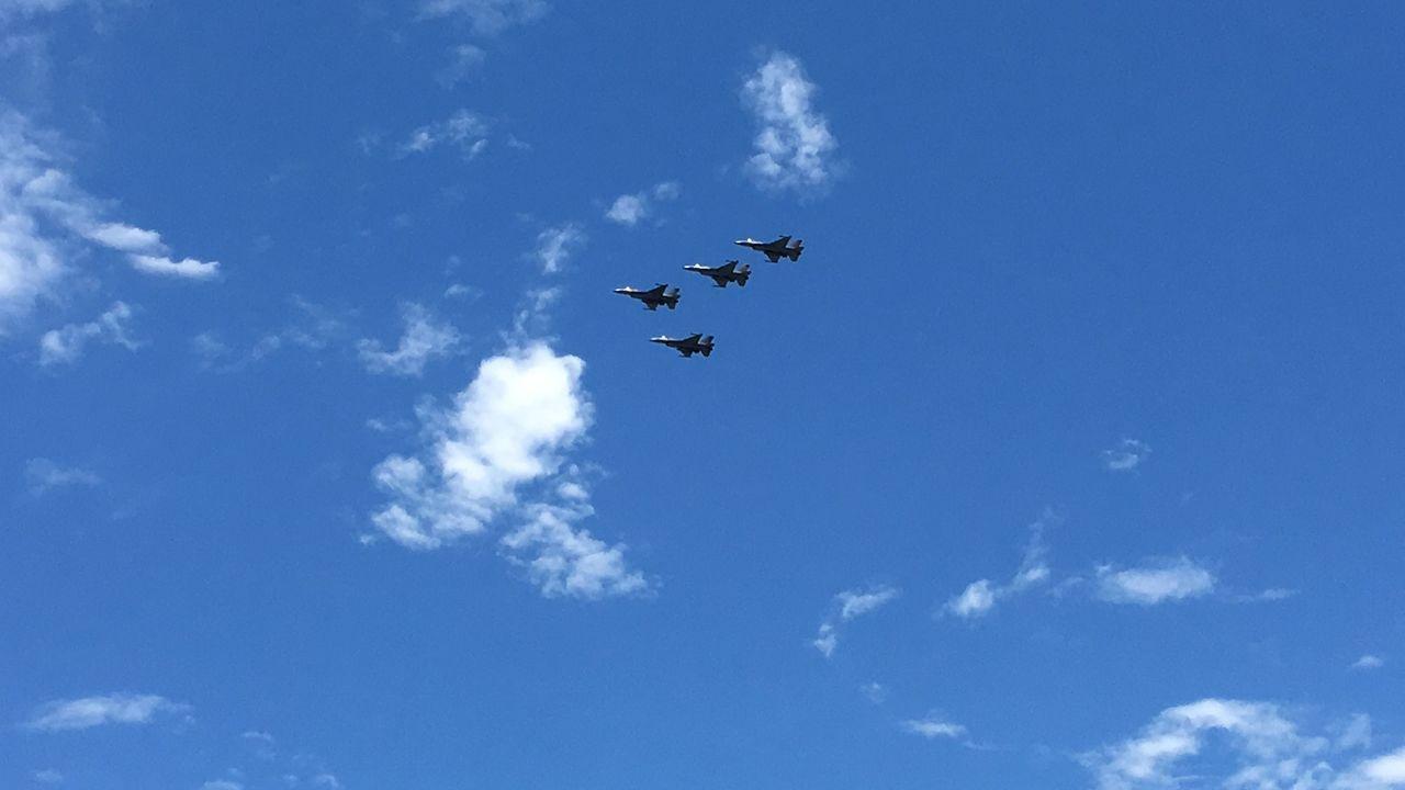 戰機演習失事,4架F-16以「追思致敬隊形」向失事飛官致上最高敬意。 圖/聯合報...