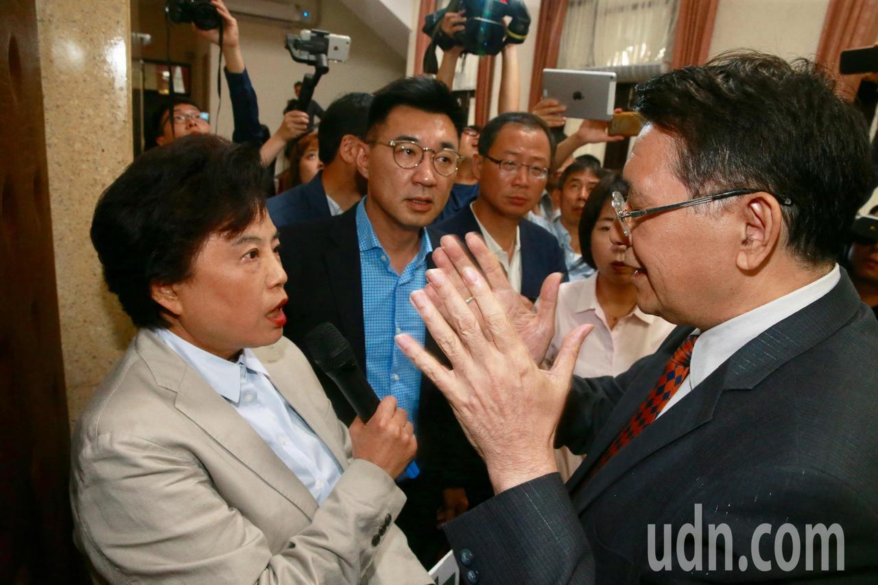 藍委經向立法院秘書長林志嘉(右一)抗議要求清場,林志嘉表示不知情,並指下午六點前...