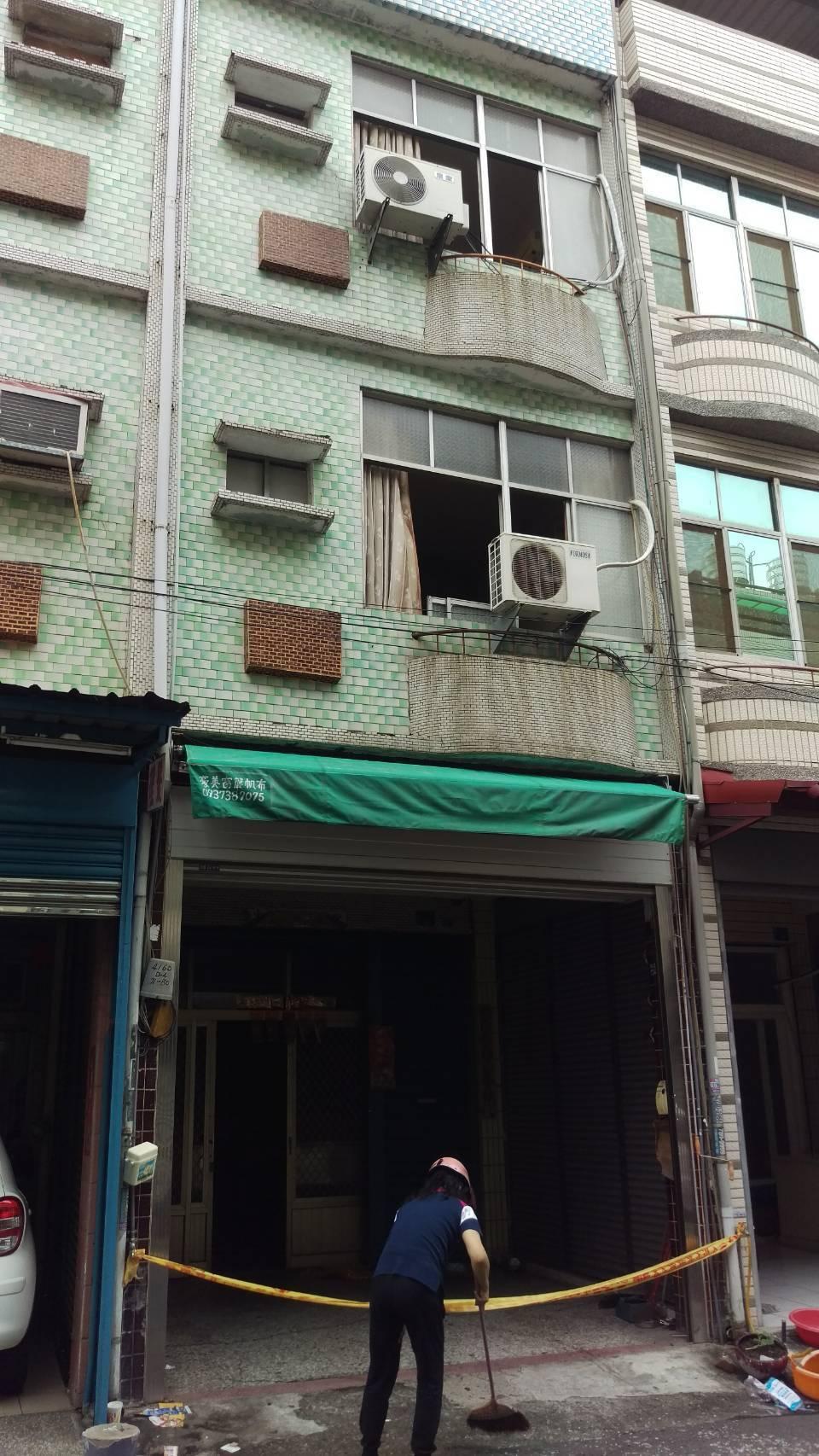 屏東縣潮州鎮北平路,一棟3層樓出租套房,昨日(26日)晚7點半發生火警意外,導致...