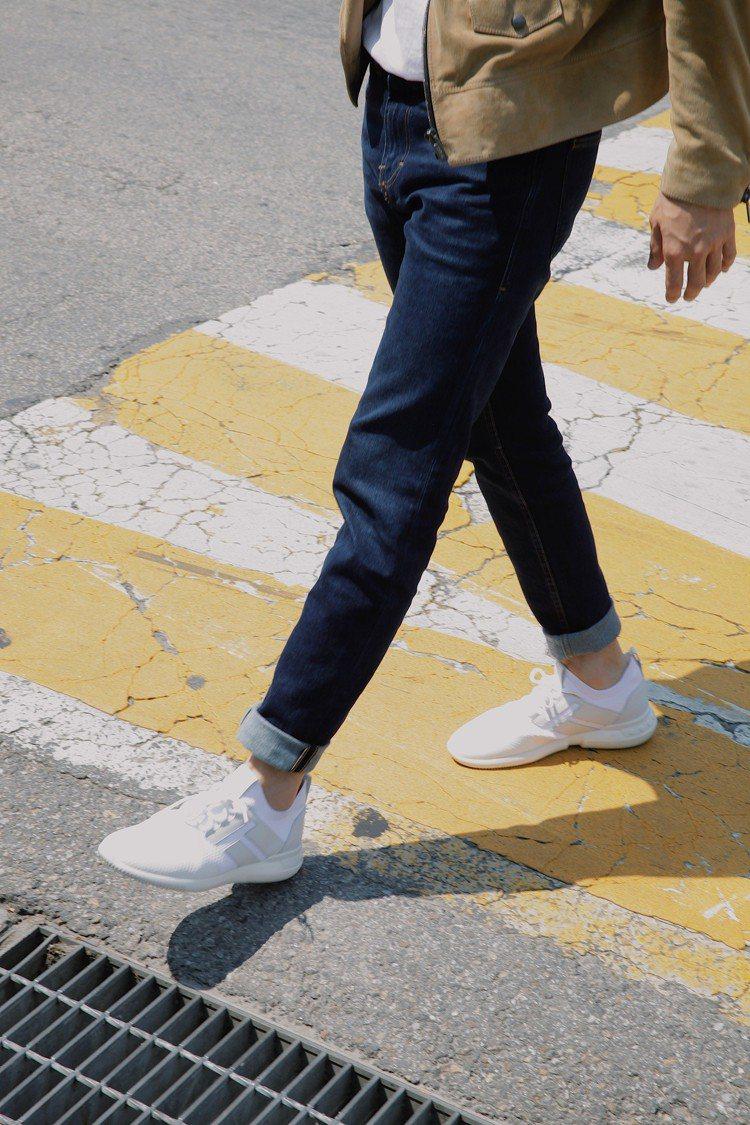劉以豪穿TOD'S No_Code系列#02白色休閒鞋。圖/迪生提供