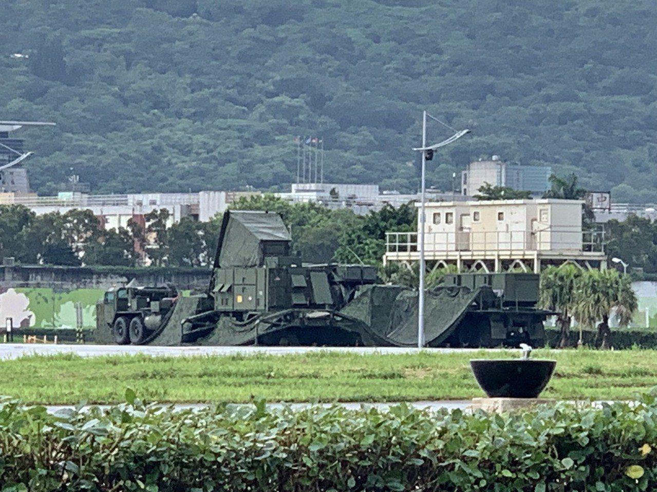 北部今日下午實施萬安防空演習,模擬敵軍彈道飛彈來襲,部署在大佳河濱公園的愛國者連...