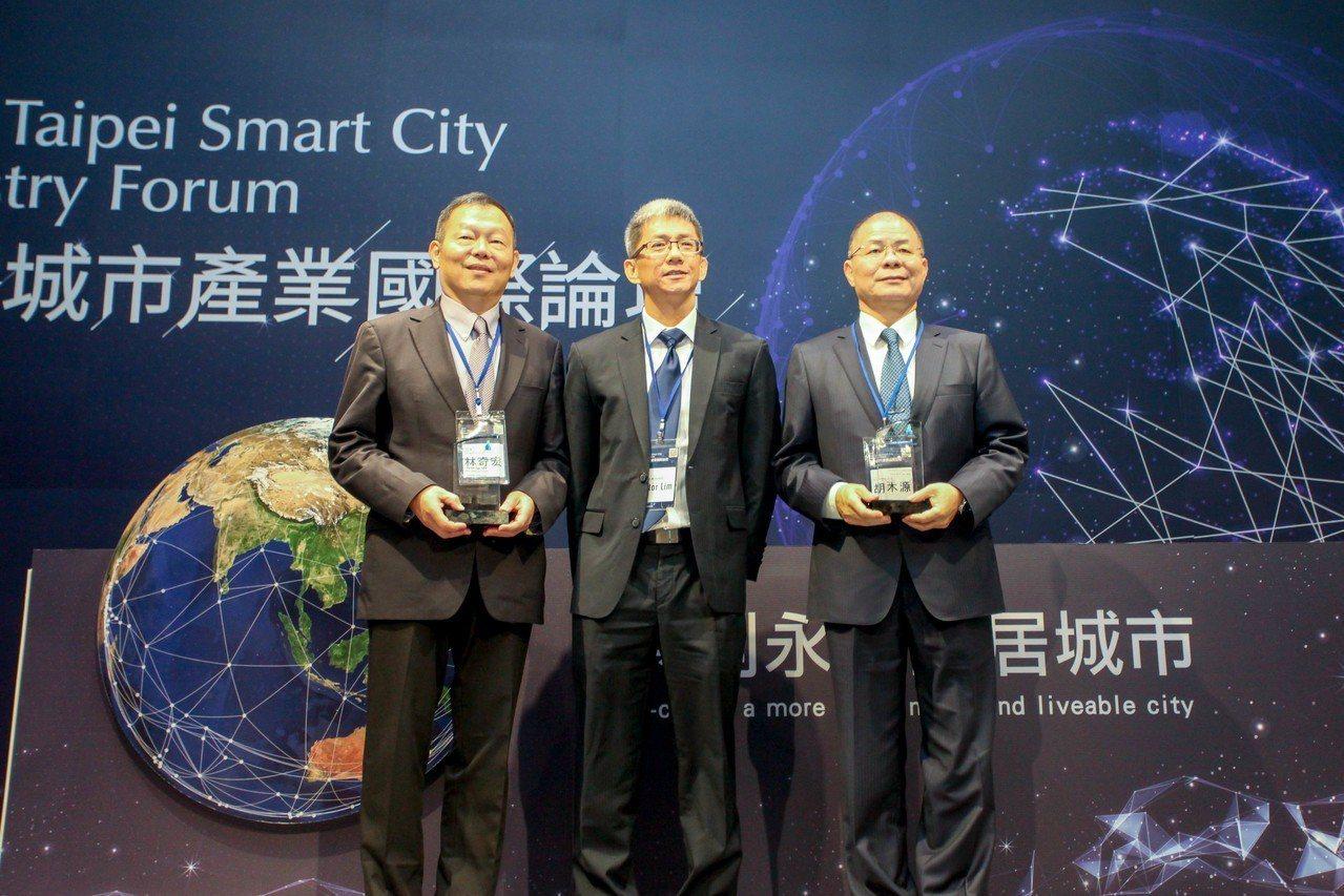 去年智慧城市論壇中,IDC亞太區副總裁Victor Lim(中)頒發2018 I...