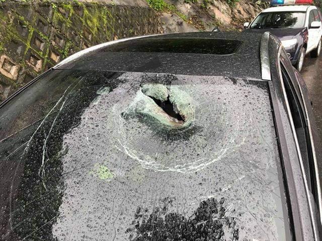 蘇花公路下午發生落石,轎車駕駛座被砸出破洞,造成駕駛臉部撕裂傷送醫。圖/翻攝蘇花...