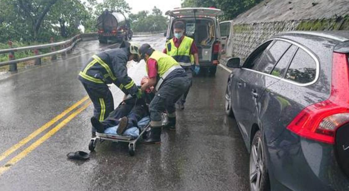 蘇花公路發生落石砸中駕駛,消防人員將傷者送醫。 圖/翻攝畫面