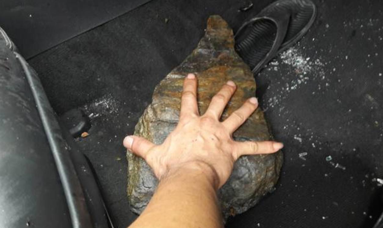 落石大小比男性成人的手掌大。圖/翻攝畫面