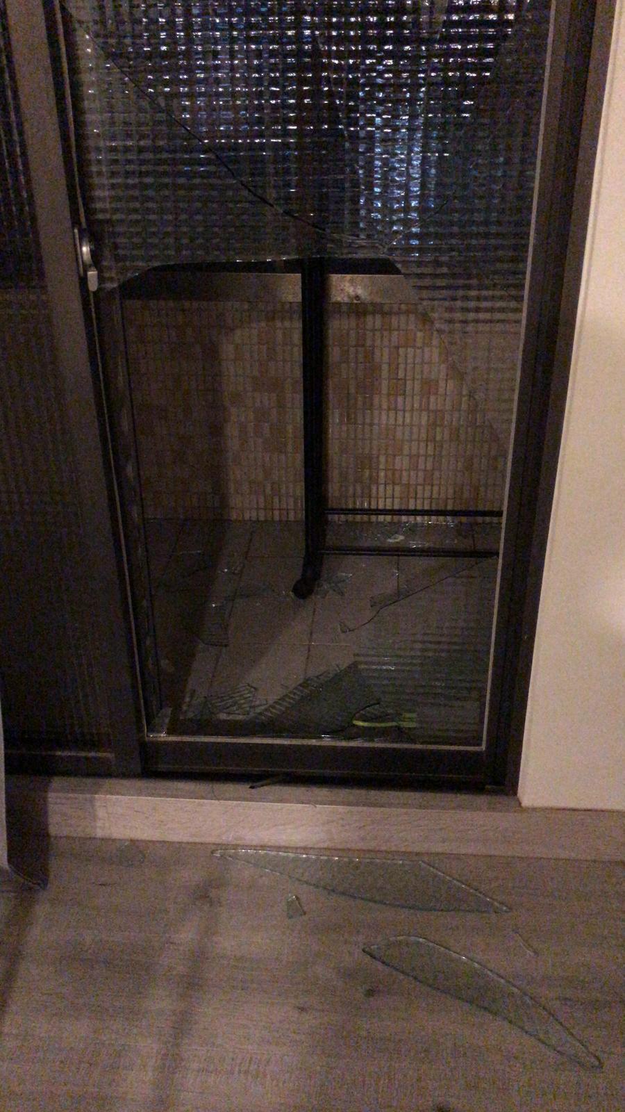 郭修彧赤手擊破2片玻璃,所幸手無大礙。圖/妮樂佛提供