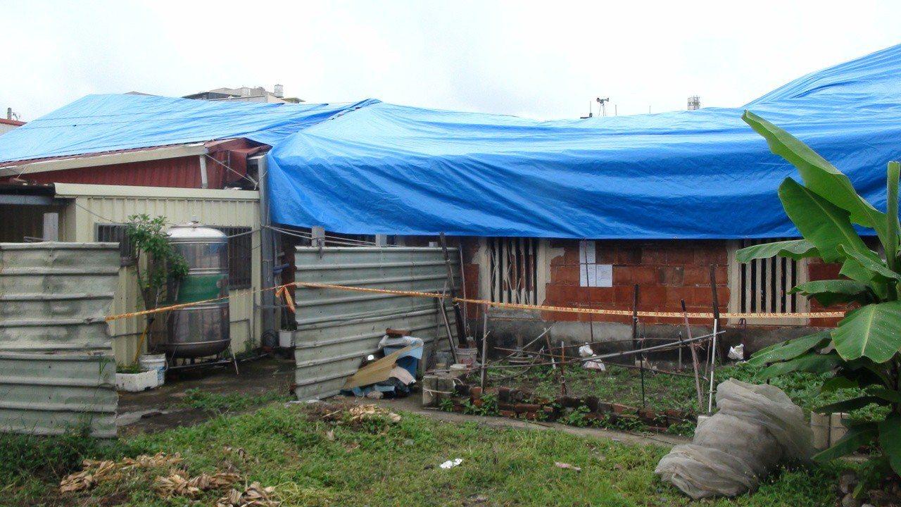 高雄仁武區劉家古厝的殘址,目前用帆布遮風雨,風華盡逝。記者王昭月/攝影