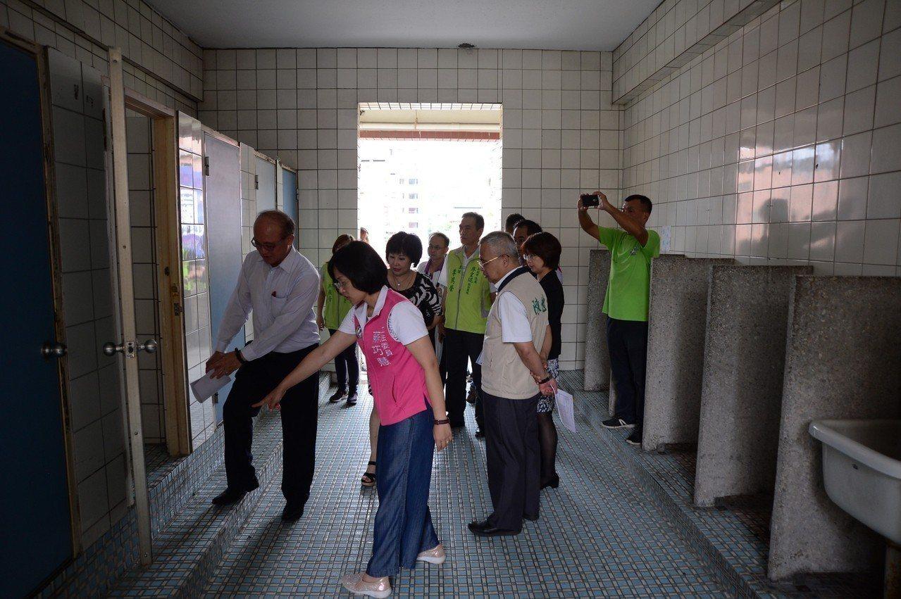教育部次長林騰蛟(左1)、立委蘇巧慧(左2)等人到三多國小會勘老舊廁所。圖/蘇巧...