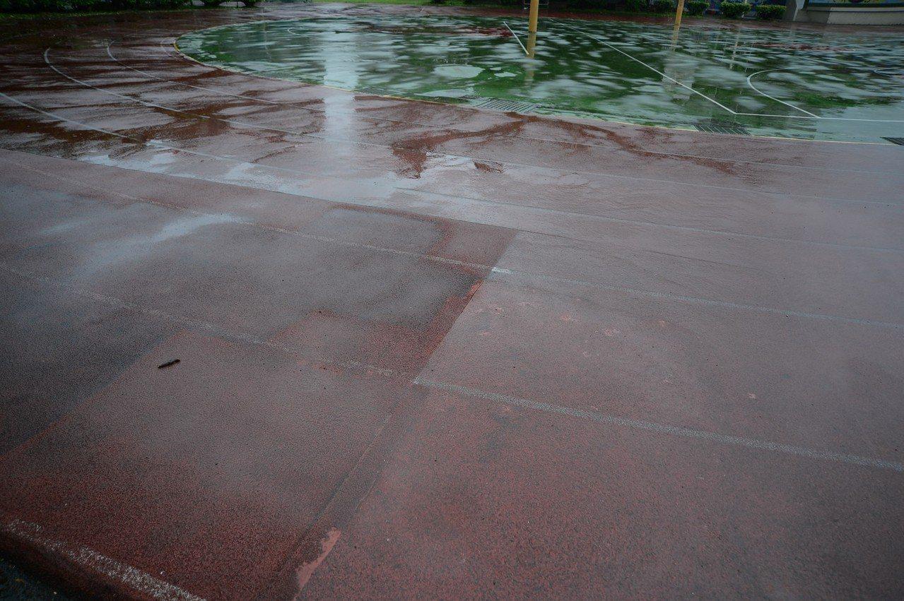 福營國中操場破損,有多次修補痕跡。圖/蘇巧慧辦公室提供