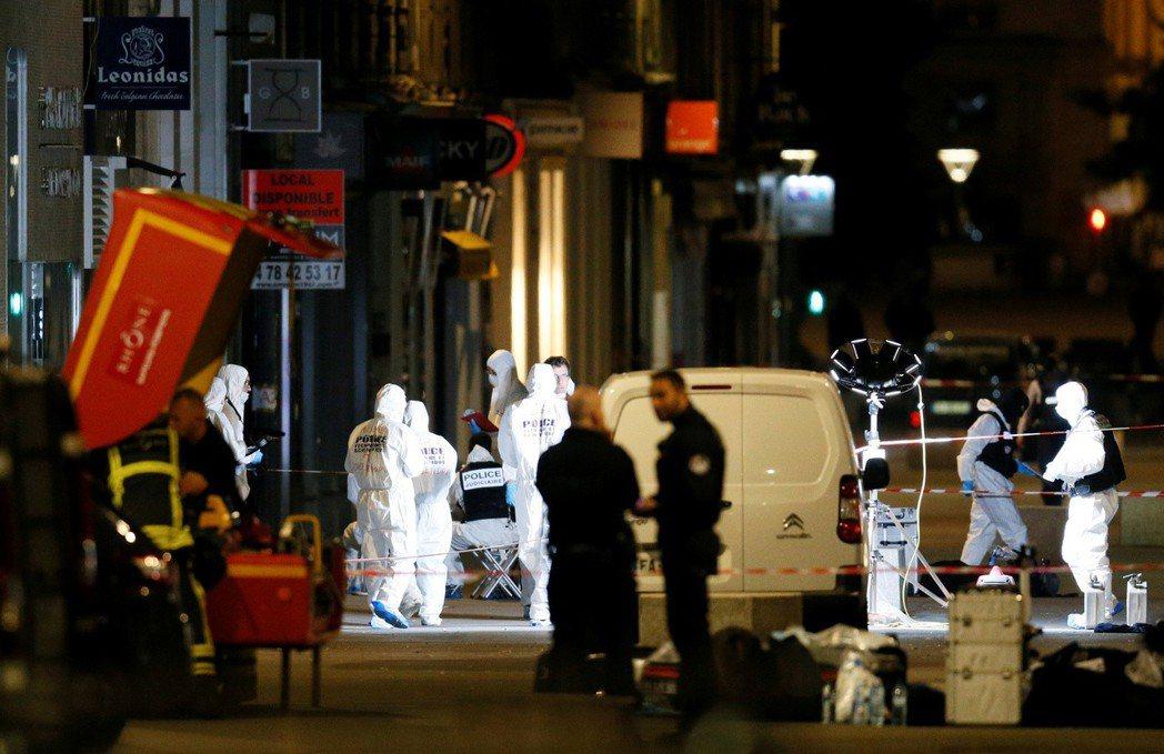 法國里昂鬧區24日晚間發生爆炸案,檢警在現場蒐證。路透