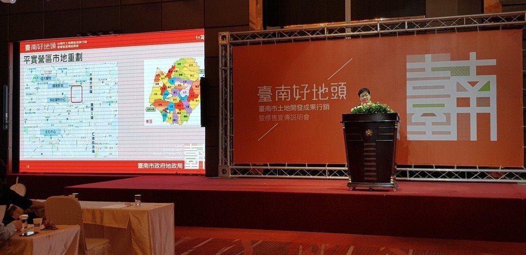 台南市政府昨天在南紡舉辦土地聯合標售說明會,吸引不少開發商前來。記者修瑞瑩/攝影