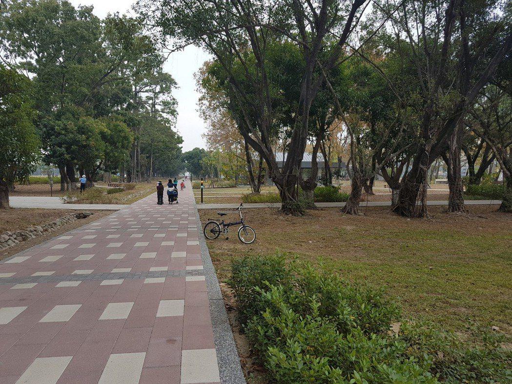 台南市東區平實營區是市區裡稀有的大塊空地,區內的公園已建置完成,環境良好。記者修...