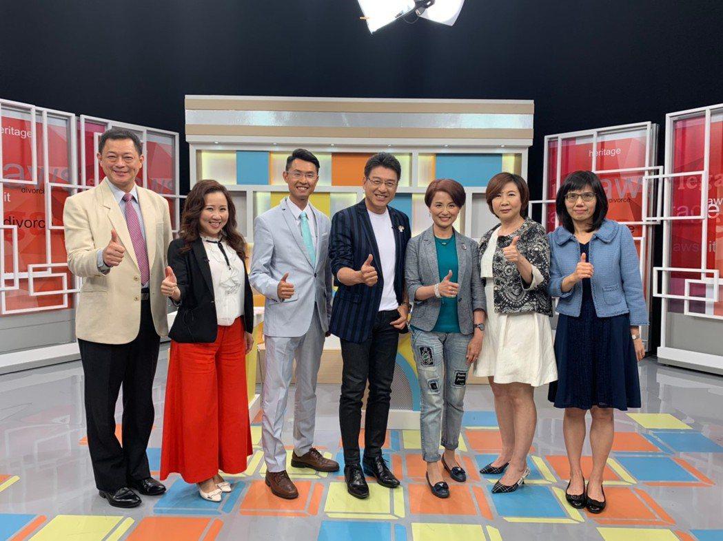 謝震武(中)主持法律談話綜藝節目「震震有詞」。圖/和展影視提供