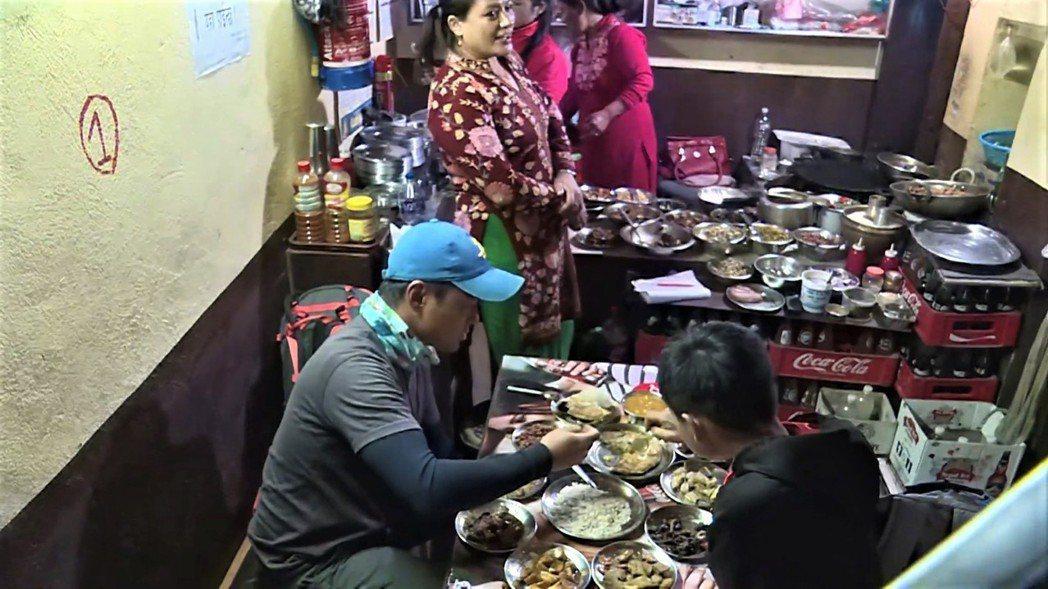 小兵(左一)破戒吃牛肉。圖/公視提供