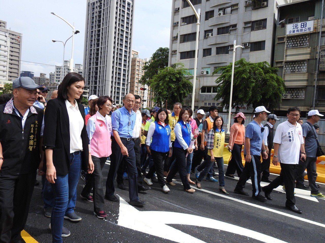 高雄市長韓國瑜主持剪綵儀式,從九如路步行到翠華路,關心巡視道路鋪設品質。記者謝梅...