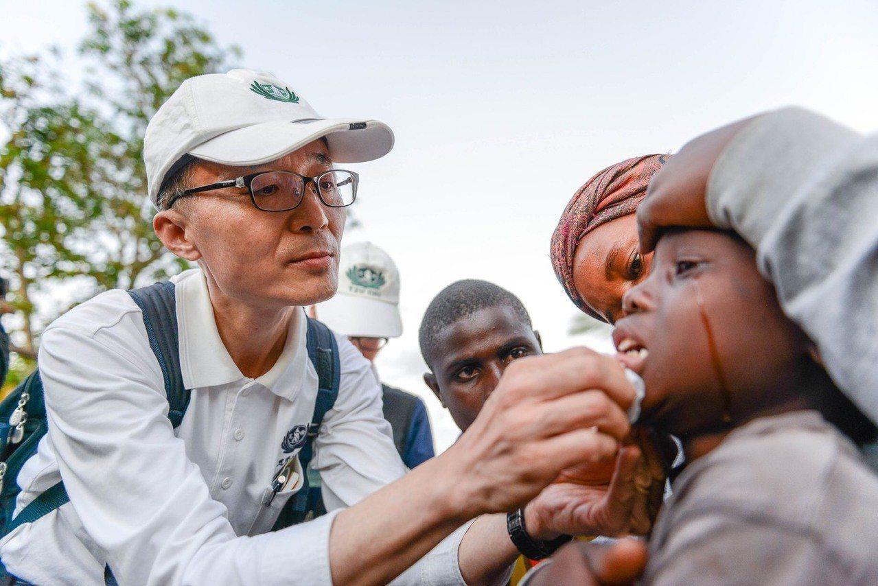 高雄人醫會醫師葉添浩表示,非洲部落醫療醫源、常識都不足,許多小傷都因為傷口髒汙而...