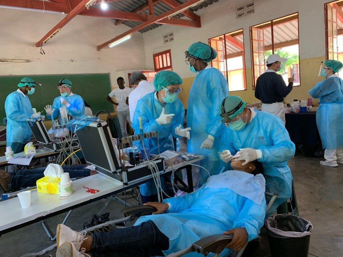 慈濟日前在莫三比克進行4天共近5千人次的義診,牙科就為800人次服務。 圖/慈...