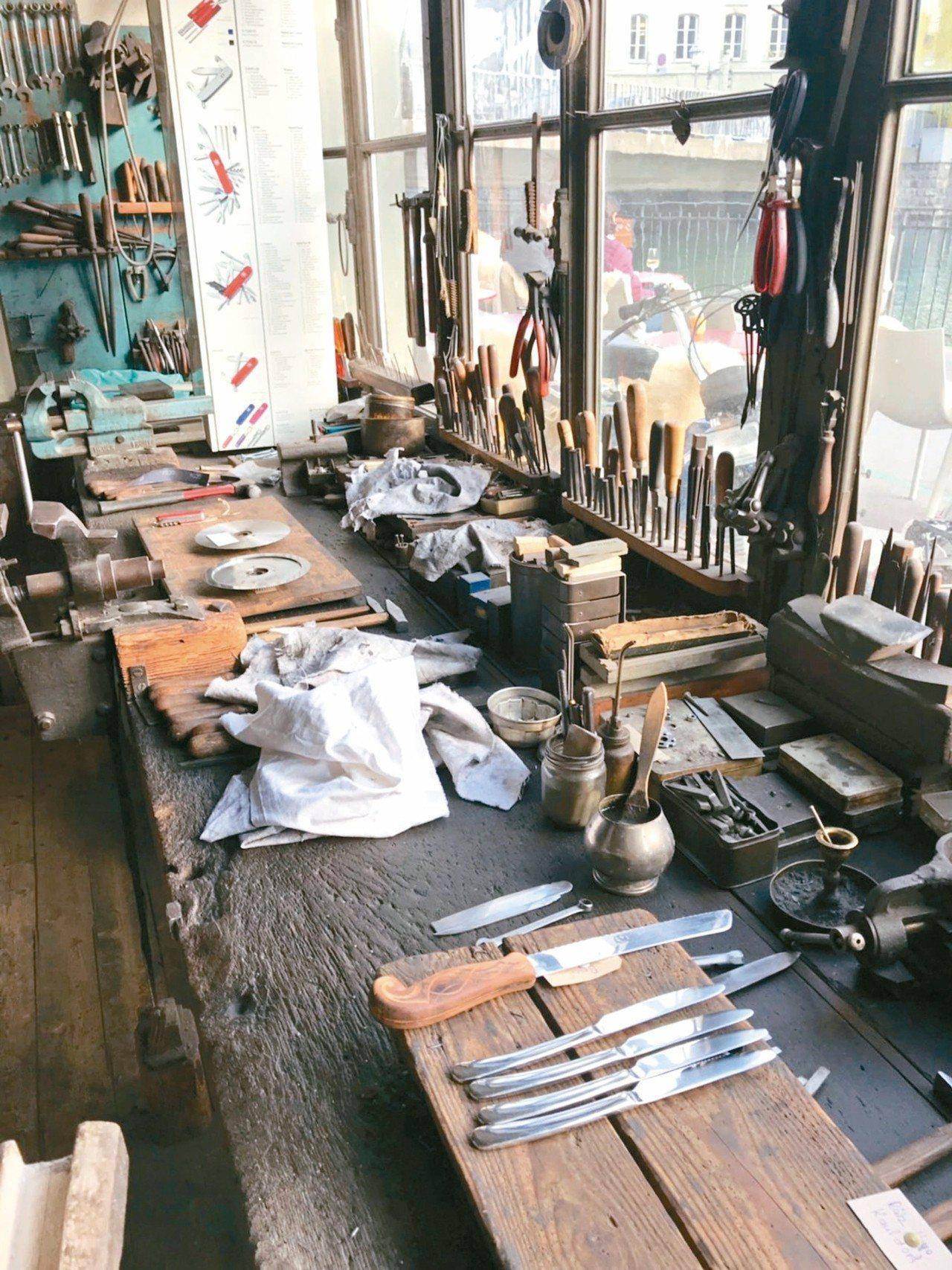 傳承第4代的磨刀工匠,工具檯上都是他吃飯的用具。 記者葉君遠/攝影