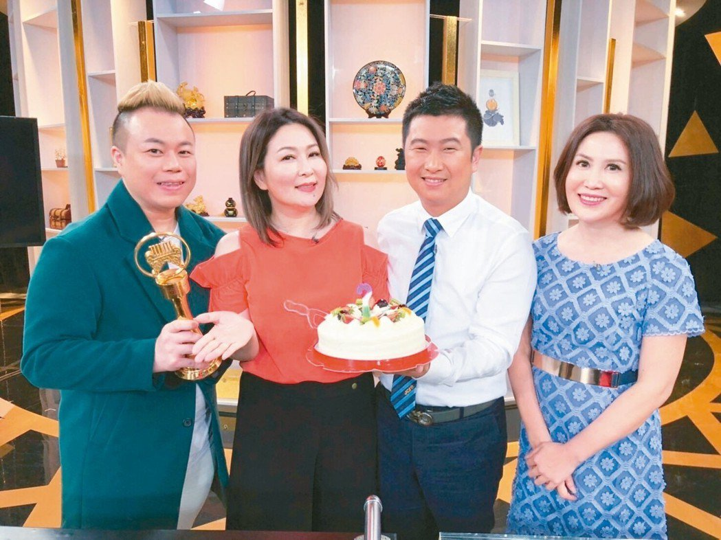 張秀卿(左二)生日,老公(右二)端蛋糕驚喜現身。 圖/JET提供