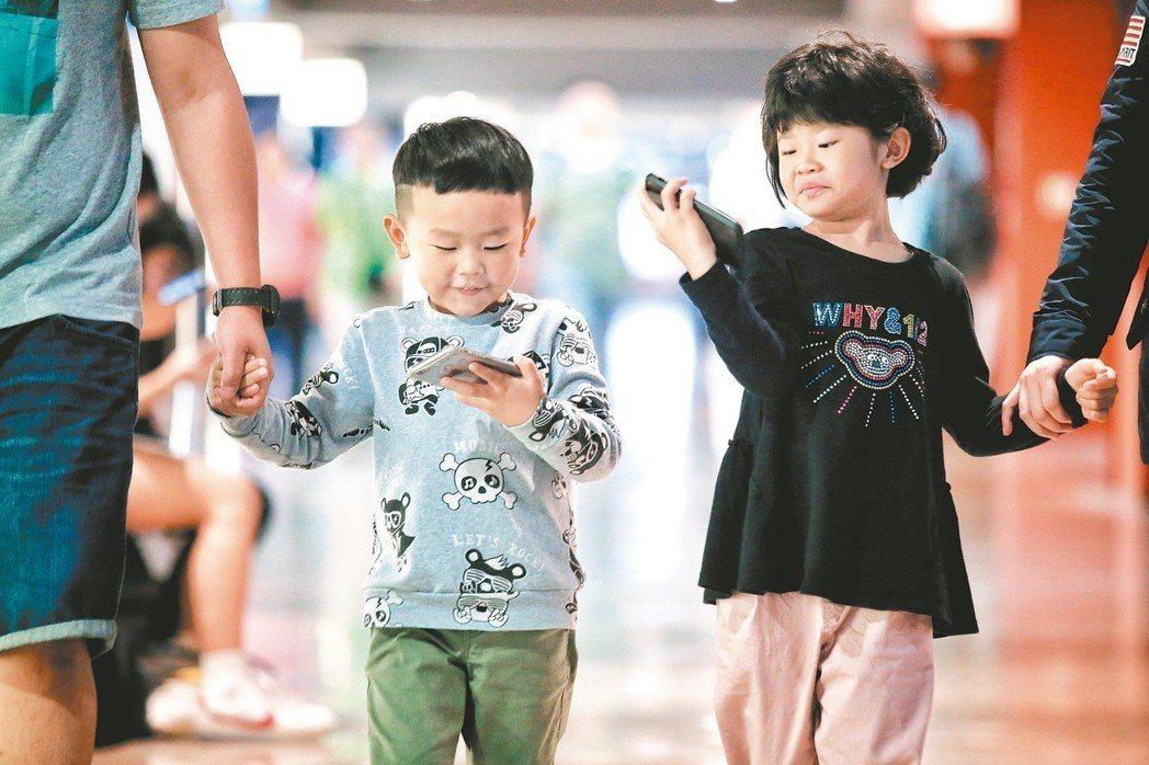 兒少法雖規定幼兒使用手機等產品不得超過合理時間,但許多人不知這條法律,也還沒有判...