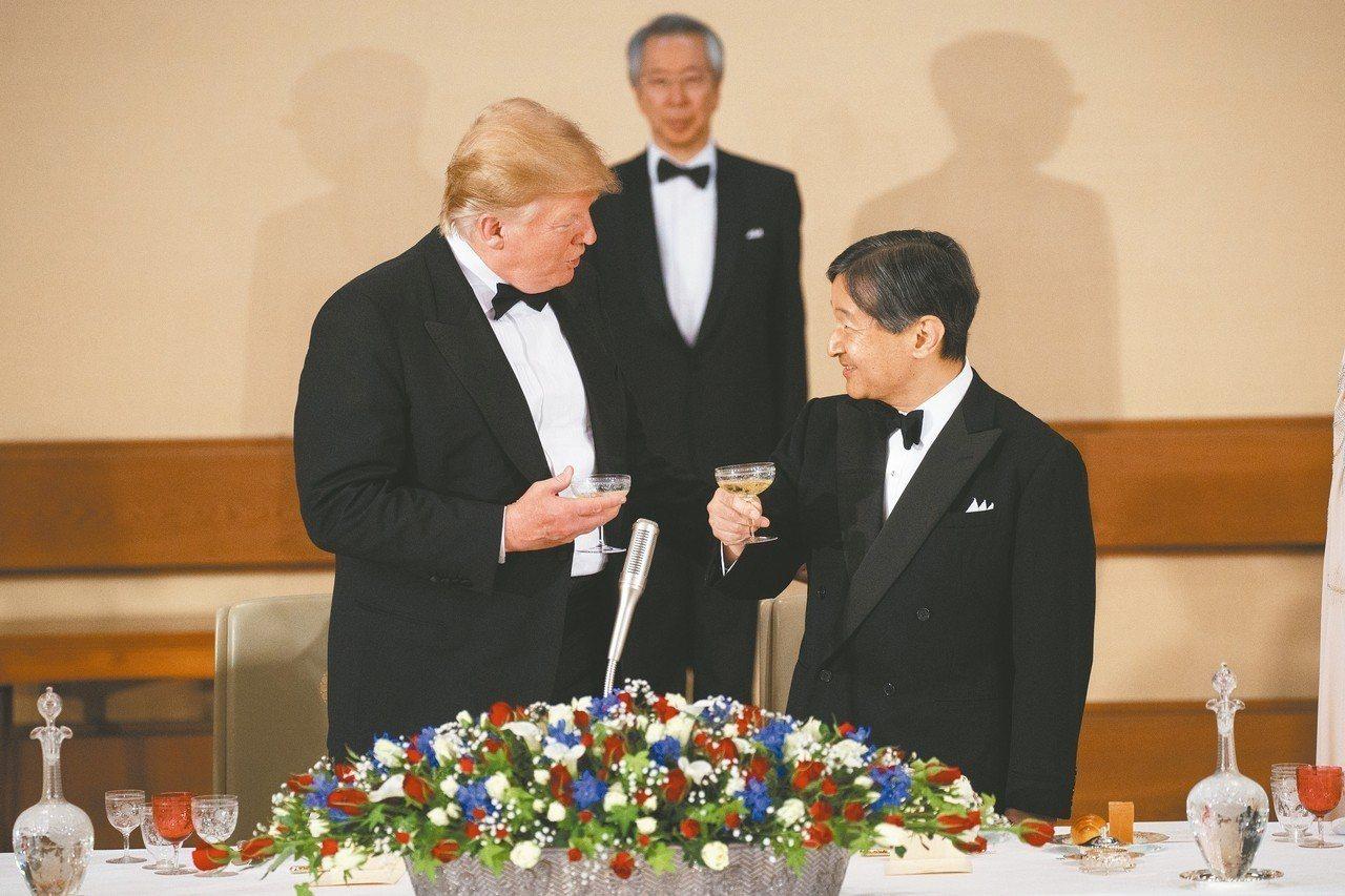 美國總統川普(左)和日皇德仁(右)在國宴中互相敬酒。 (美聯社)