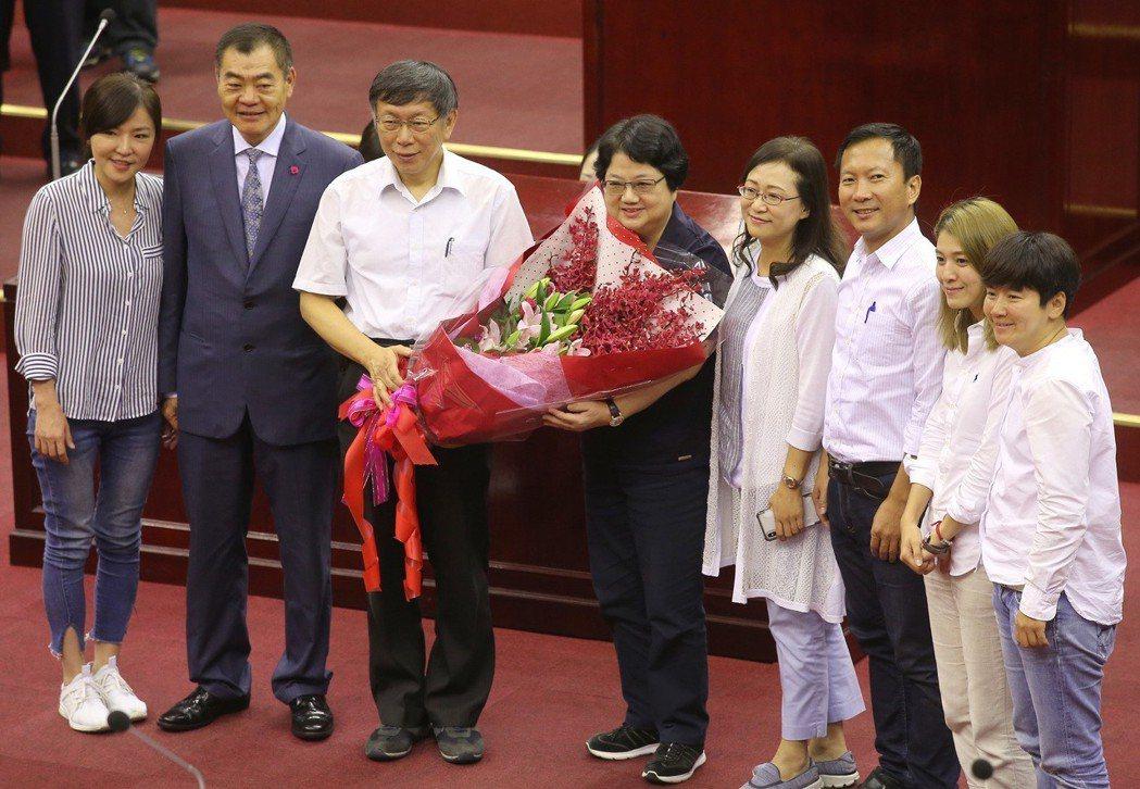 台北市議會前議長吳碧珠(左四)任滿五屆,去年九月宣布不再參選,台北市長柯文哲(左...