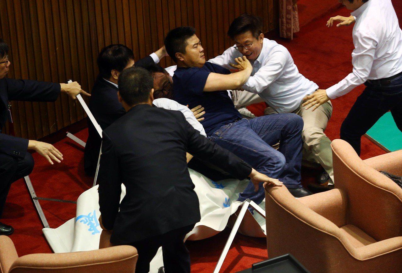 李進勇案蘇嘉全宣布投票 朝野爆發數波衝突拉扯