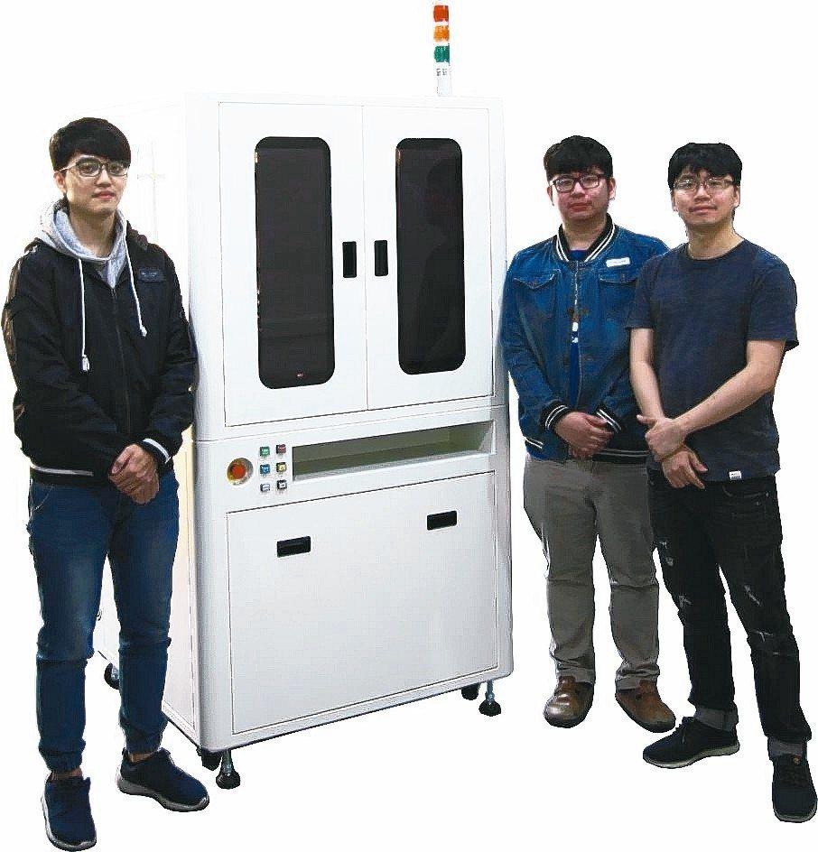鼎宸科技總經理戴嘉輝(右)展示元件外觀檢查篩選機。 業者/提供