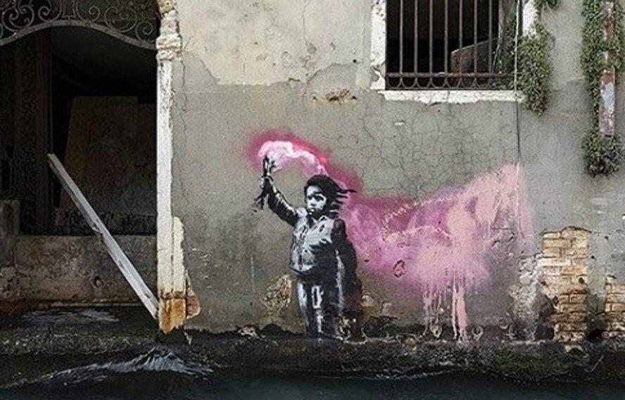 威尼斯一幅難民兒童壁畫,由班克西在IG上證實出自其手。(圖/擷自班克西IG)