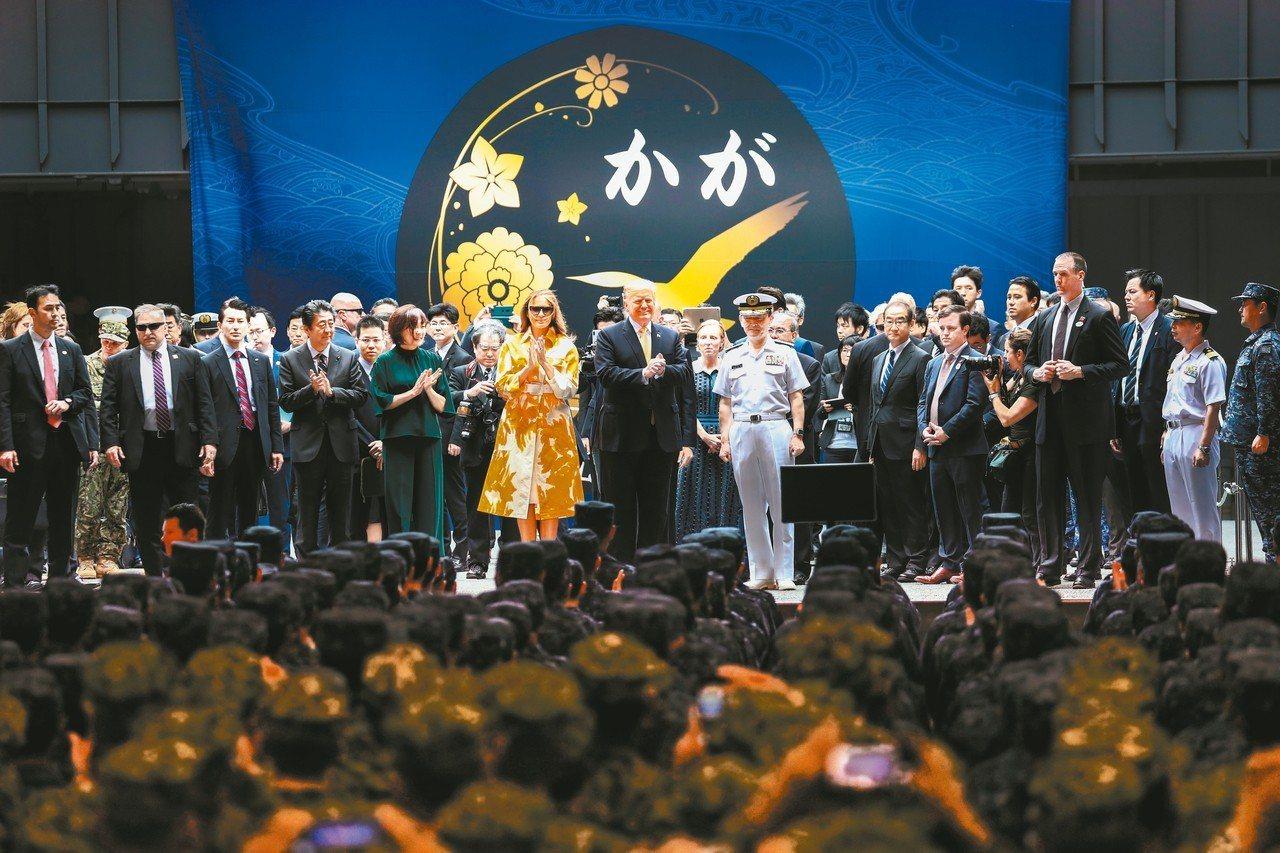 美國總統川普(中)今天登上日本「加賀號」訪問,並向日本自衛隊、美軍講話。 路透