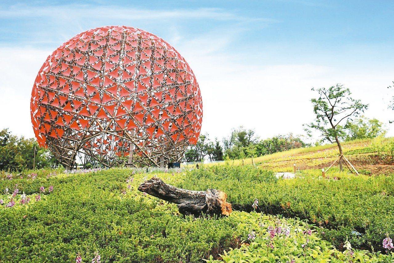 台中市府今提出花博檢討報告,市長盧秀燕表示,市民對花博的整體滿意度有6成。 圖/...