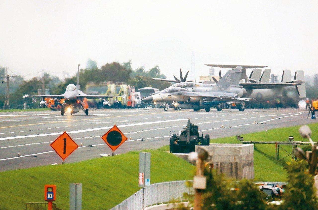 漢光35號演習在彰化國道戰備道操演,吸引不少軍事迷觀賞,各主力戰機準備起飛。 記...