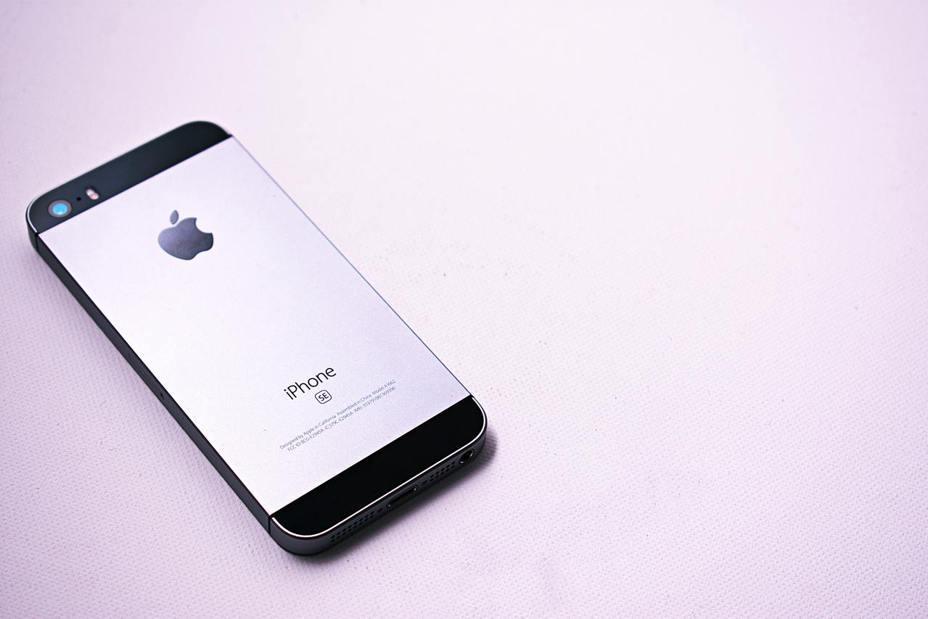 儘管手機規格不斷推陳出新,規格精巧的iPhone SE一直有死忠的支持者。photo credit:  Pexels
