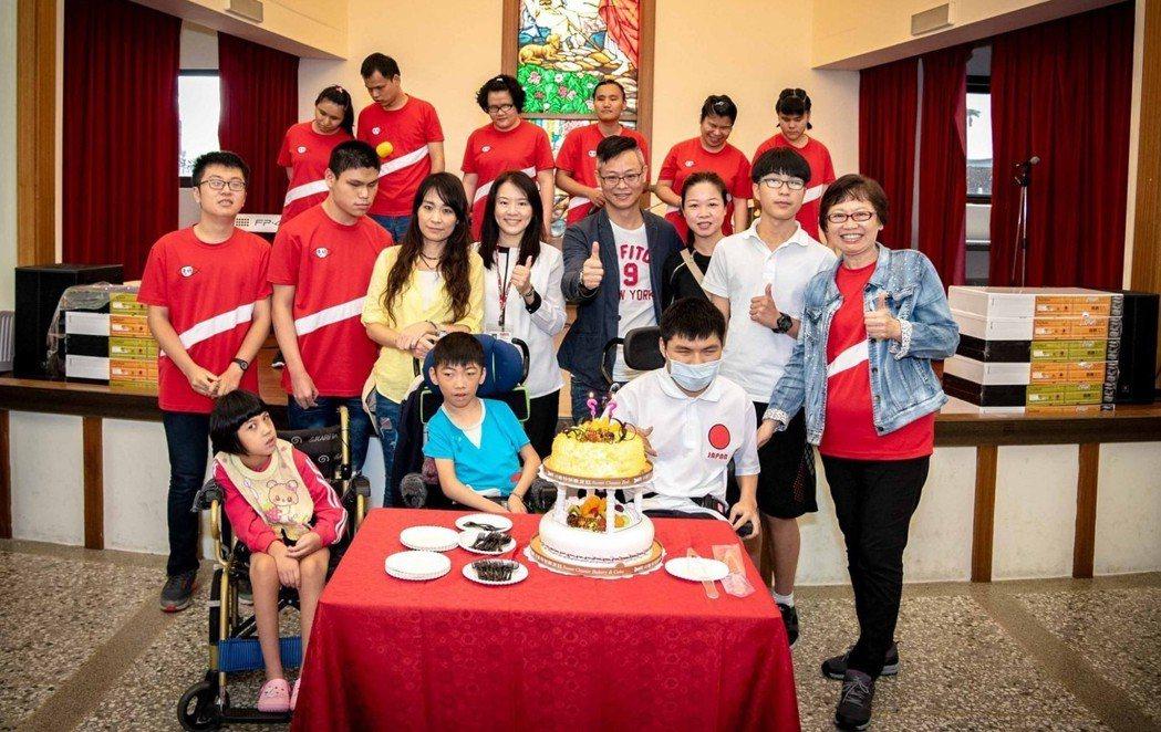 本月23日是惠明盲校創校63週年,樹德企業準備了生日蛋糕,偕同五月份生日的院生一...