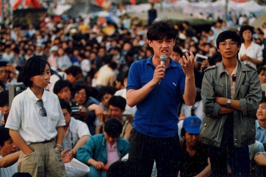 學運領袖吾爾開希(中)、柴玲(左)及王丹(右),攝於1989年6月1日,北京天安...