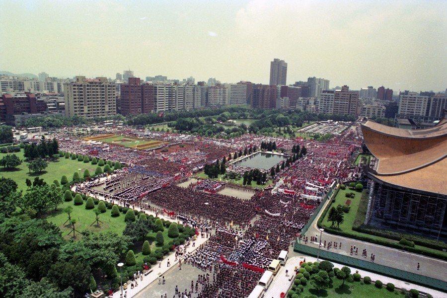 1989年6月6日,台灣人民支援中國民主運動的呼聲達到鼎沸的程度,攝於國父紀念館...
